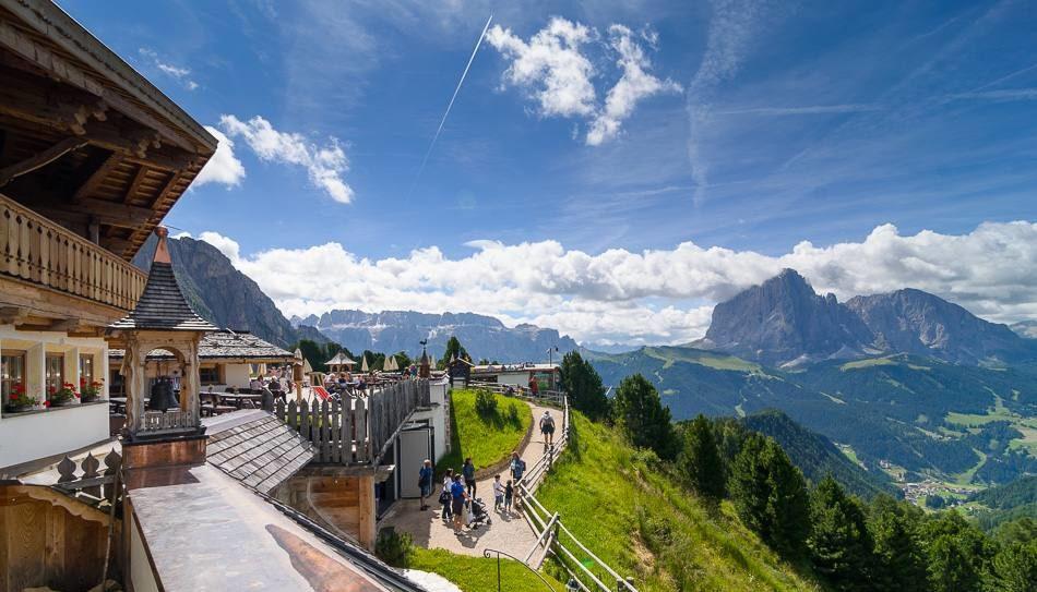 stazione a monte col raiser hotel e panorama val gardena