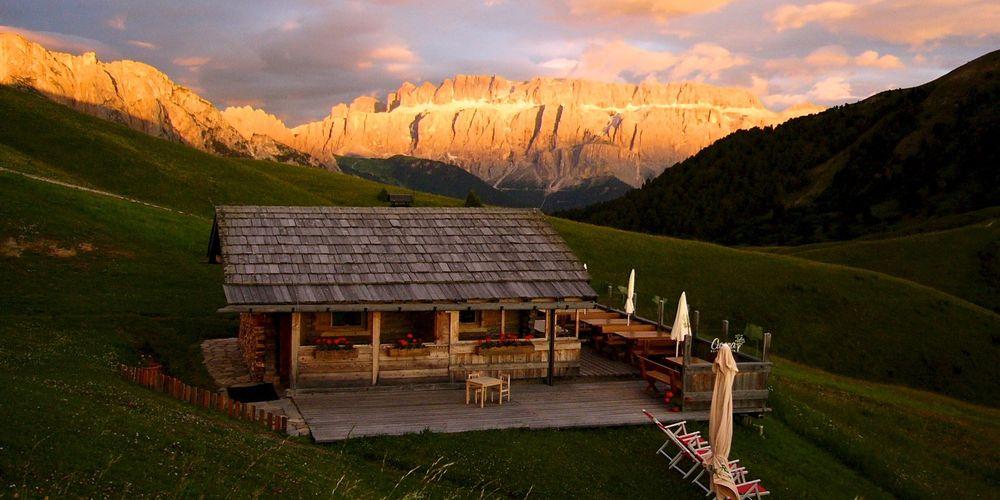 punto panoramico baita Curona al tramonto con Dolomiti rosse