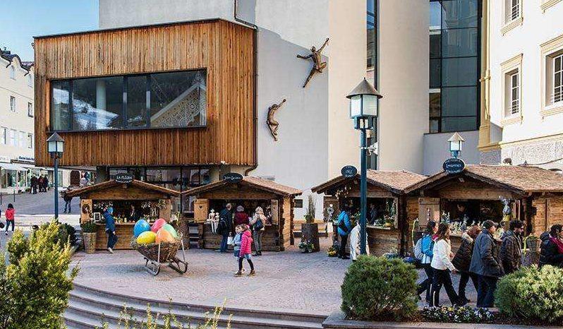 mercatino di pasqua in piazza ortisei