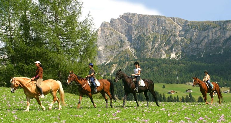 escursione a cavallo in Val Gardena in estate